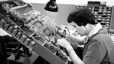Lodning af elevatorelektronik på Thrige 1963