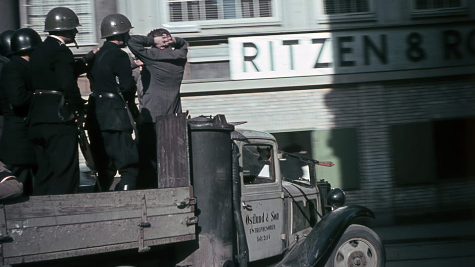 Modstandsfolk med arrestant på ladet af en lastbil 1945